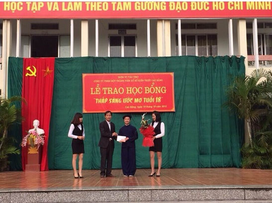 Ông Nguyễn Xuân Hiền – Chủ tịch kiêm Giám đốc Công ty trao học bổng cho em Trần Thành An – học sinh trường THPT Bế Văn Đàn