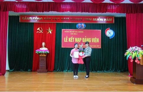 Đ/c Mông Thị Lan - Bí thư Chi bộ 3 trao Quyết định kết nạp Đảng viên cho đ/c Hoàng Thị Ly Ly